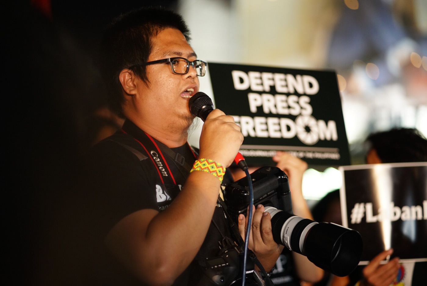 SOLIDARITY. Photographer Mark Saludes of the Photojournalist Center of the Philippines manifests the group's solidarity with members of the press in the fight for press freedom. Photo by Martin San Diego/Rappler