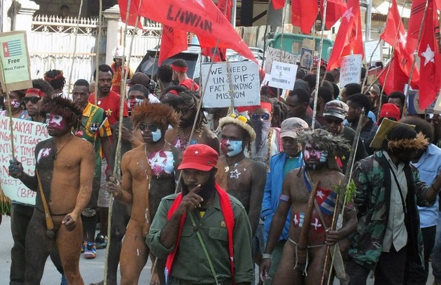PROTEST HALTED. Papuan pro-independence activists, some in traditional tribal garb, march during a rally in Jayapura. AFP PHOTO