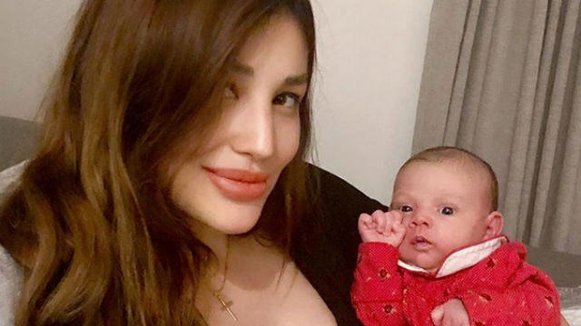 BABY GIRL. Nathalie Hart introduces daughter Penelope to her social media followers. Screenshot from Instagram/@imnathaliehart