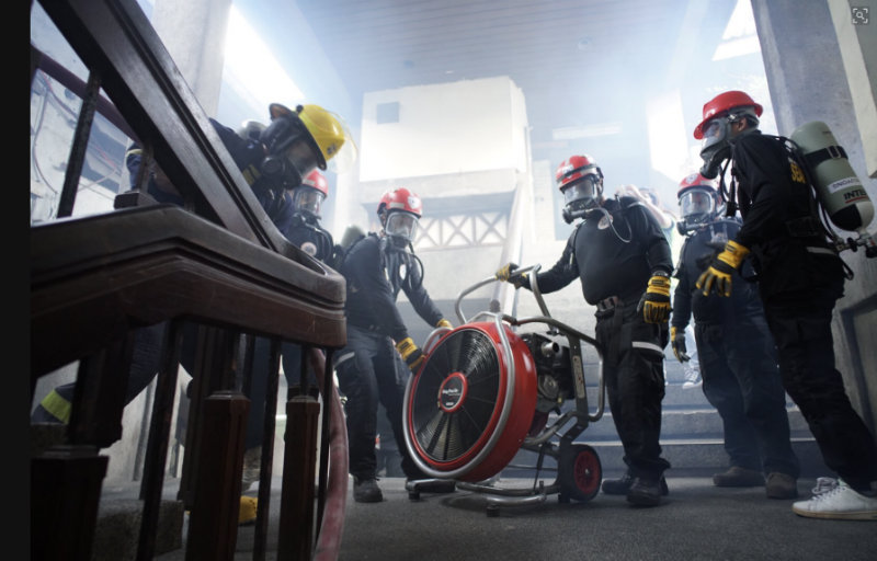 JUST A DRILL. Responders simulate a fire scenario at the inside the Mandaluyong City Hall complex. Photo by Martin San Diego/Rappler