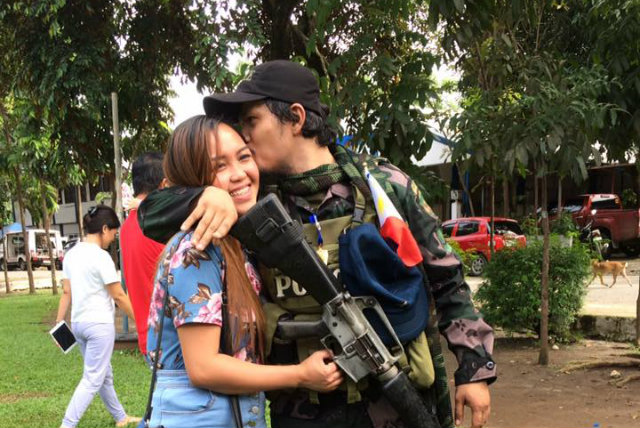 PROPOSAL. A soldier who fought during the Marawi siege proposes to his girlfriend during their heroes' welcome on October 26, 2017. Photo from Angely Lowao