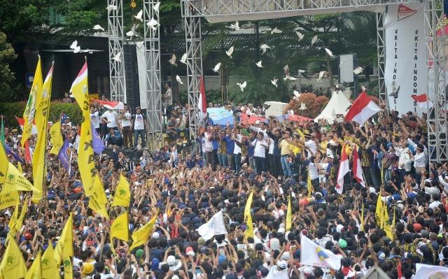 """MERPATI. Sejumlah tokoh nasional yang tergabung dalam Aliansi Kebhinekaan melepaskan burung merpati saat mengikuti parade """"Kita Indonesia"""" di Bundaran HI, Jakarta, Minggu, 4 Desember. Foto oleh Yudhi Mahatma/ANTARA"""