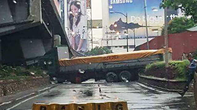 TRAFFIC. A truck crash causes heavy traffic in Pasig City on September 28, 2017. Photo from Taga Pasig Kami Facebook page