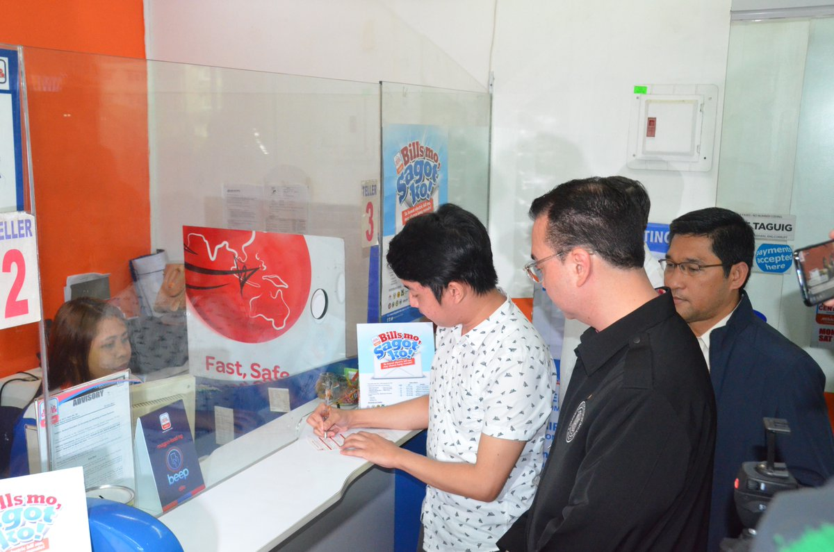 EPAYMENT. A passport applicant tries out the ePayment portal of the Department of Foreign Affairs (DFA) in Market! Market! on June 14, 2018. Photo courtesy of DFA