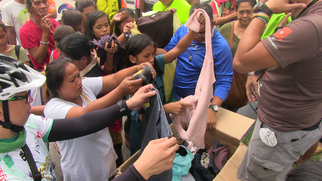 GIVING. The homeless also receive relief packs and donated clothes during FEED's event. Photo by Arlit Janry Parlero/Rappler