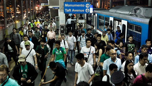 GLITCH. The MRT-3 experienced another malfunction on Thursday morning, October 12. Rappler file photo