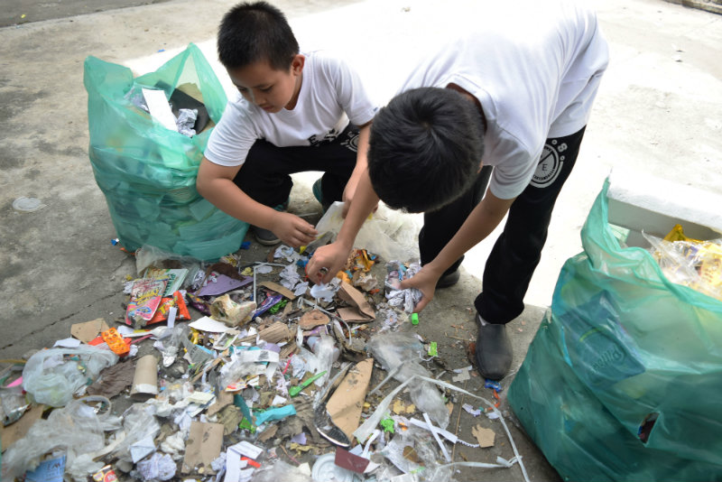 ZERO WASTE. Students from Sindalan Elementary School in the City of San Fernando, Pampanga ensures that wastes from classrooms have been segregated properly. Photo by Khate Nolasco