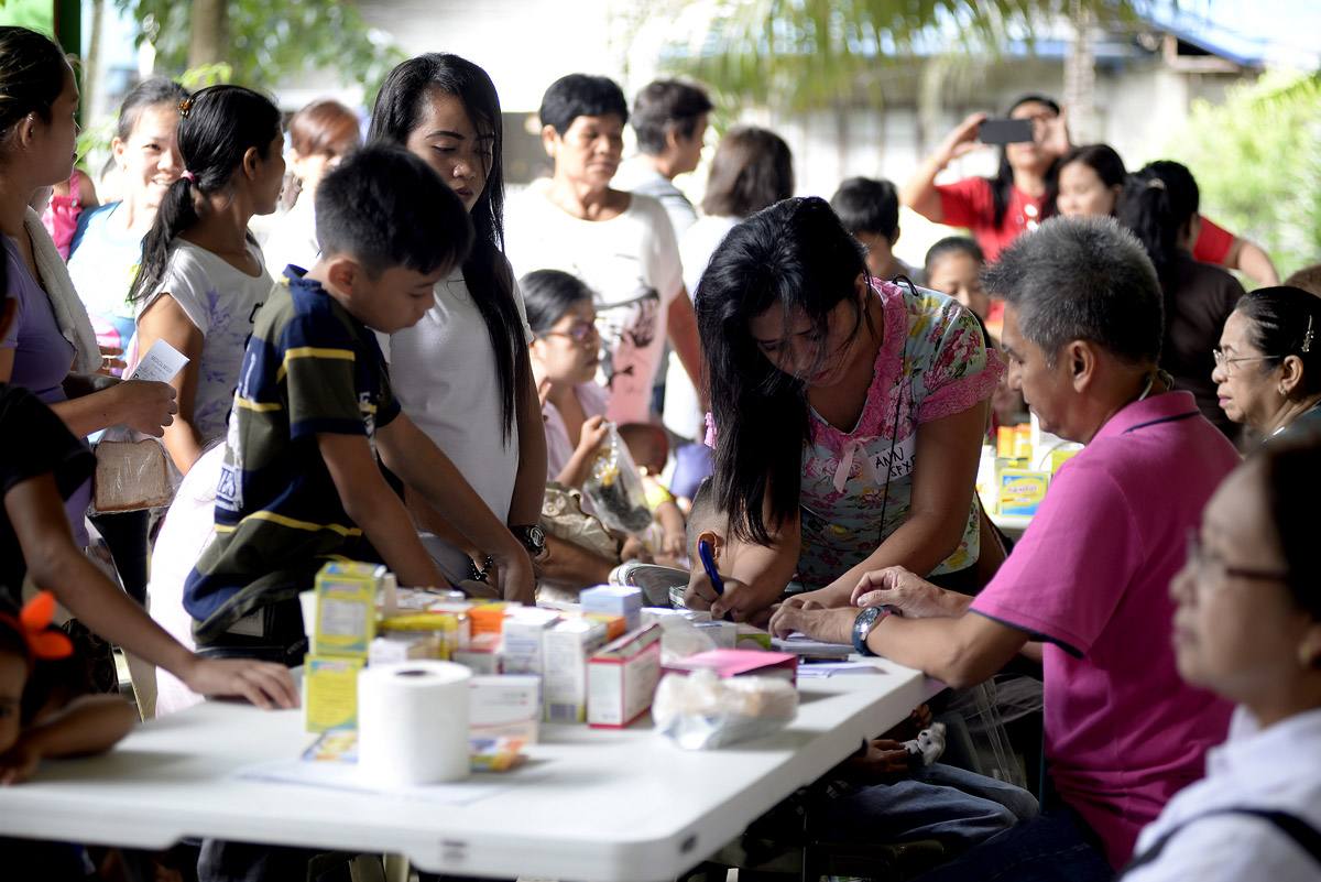 LINE UP. Parents and children line up for the free medicines and consultation. Photo by Maria Tan/Rappler