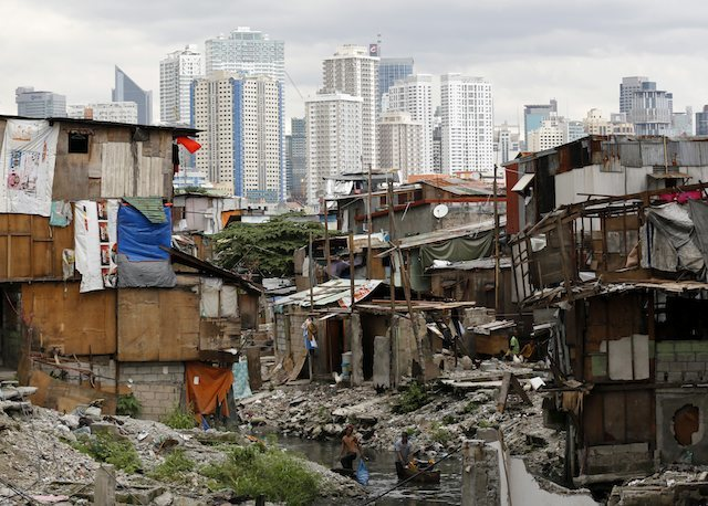 POOR. Filipino residents living in shanties along a river bank collect useful items from trash in Pasay City on December 27, 2014. File photo by Francis R. Malasig/EPA