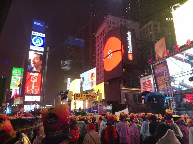 RAINY NEW YEAR. People don raincoats and party hats as they gather at Times Square to welcome the new year. Photo by Maria Ressa/Rappler