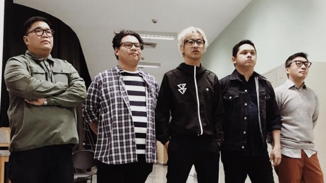 EPIC TEAM-UP. Ely Buendia and The Itchyworms – giants in the Filipino music industry – team up for a concert. Photo from The Itchyworms' Facebook age