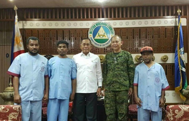 FREE. Lieutenant General Mayoralgo dela Cruz, Westmincom chief (2nd from right); with the freed Indonesian hostages (in blue) and Indonesian Defense Minister Ryamizard Ryacudu in Zamboanga City on September 18, 2016. Rappler sourced photo