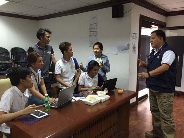 DIGITAL HUMANITARIANS. Lt Col Edwin Sadang (Right), head of NDRRMC's Rapid Emergency Telecommunications Team (RETT), briefs volunteers on how to monitor reports posted via the hashtag #Nazareno2017 and #Traslacion2017. The volunteers are members of the Polytechnic University of the Philippines (PUP) Radio Engineering Circle. Photo by Voltaire Tupaz/Rappler