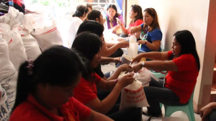 VOLUNTEERS: File photo of volunteers in the aftermath of Typhoon Yolanda