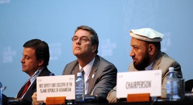 Deputi Bank Islam Afghanistan Mohammad Khan (kanan) dan Direktur WTO Roberto Azevedo (tengah) di sela-sela pertemuan WTO di Nairobi, Kenya, 17 Desember 2015. Foto oleh Tony Karumba/AFP