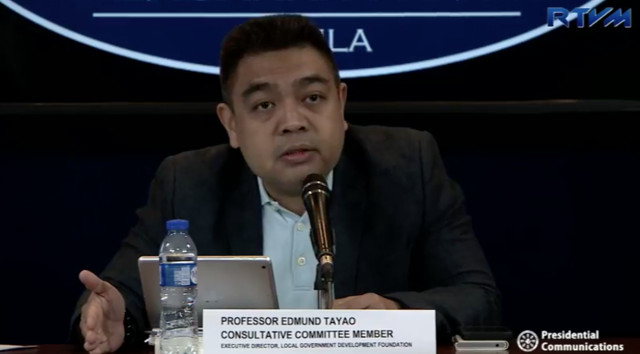 COST OF SHIFT. Con-Com member Edmund Tayao presents estimated cost of federalism shift during a Malacañang press briefing. RTVM screenshot