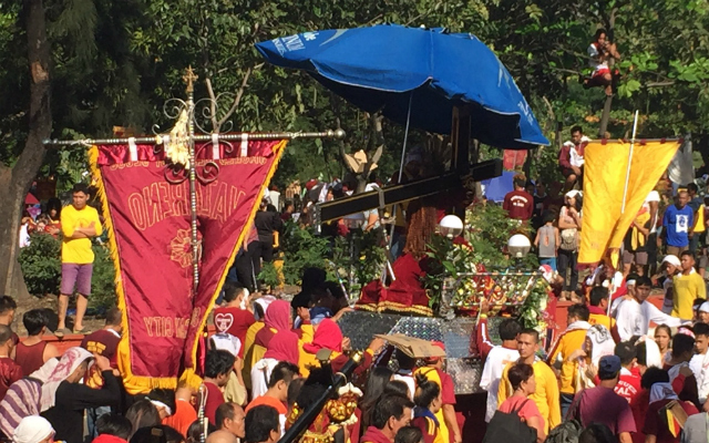 DEVOTION. The Black Nazarene procession moves in front of the National Museum as of 9:30 am on Monday, January 9. Photo by Paterno Esmaquel/Rappler