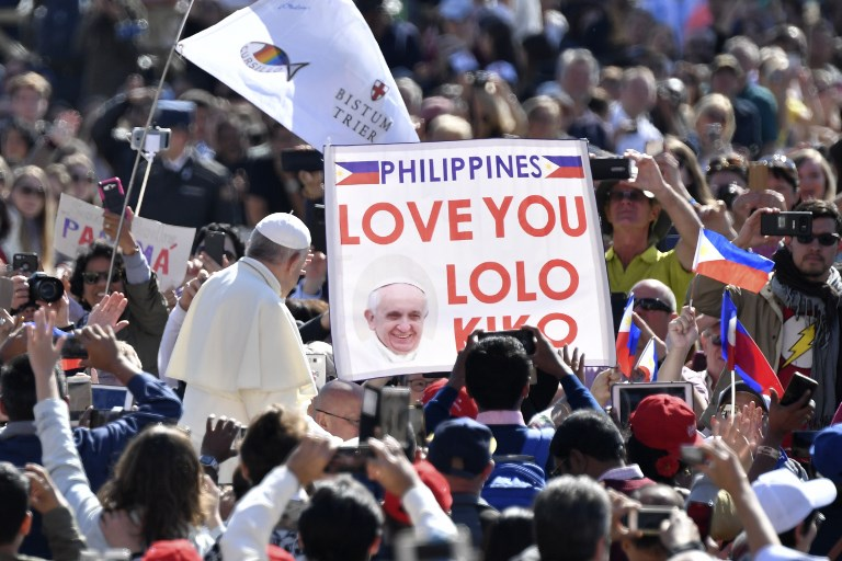 POPE AUDIENCE. Pope Francis passes by a banner of Philippines' believers during a weekly general audience at St Peter's square on May 16, 2018 in Vatican. Photo by  Andreas Solaro/AFP