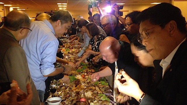 CELEBRATION. Negotiating teams in a boodle fight dinner after the 1st round of talks. Photo by Carmela Fonbuena/Rappler.com