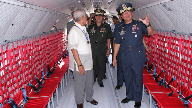 TOUR FOR TOP SECURITY OFFICERS: Air Force chief Lieutenant General Jeffrey Delgado (in blue) tours Defense Secretary Voltaire Gazmin (in white) and AFP chief General Gregorio Catapang Jr (in green)