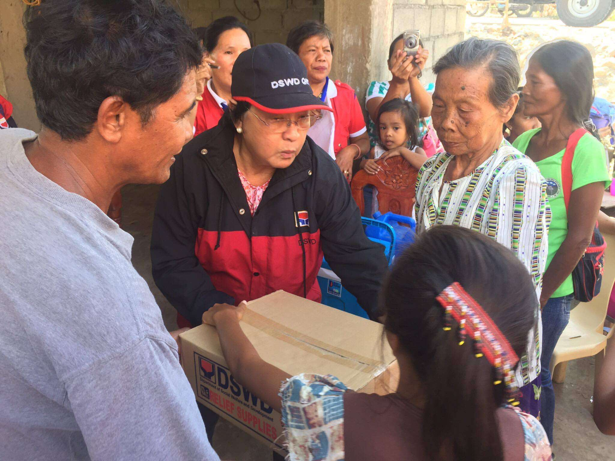 RELIEF DISTRIBUTION. DSWD Sec Judy Taguiwalo leads the distribution of relief goods in Kalinga after Super Typhoon Lawin hit the province. Photo courtesy of DSWD
