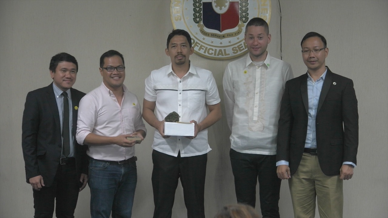 CLIMATE LEADERSHIP. MovePH executive editor Rupert Ambil (3rd from left) and MovePH editor Voltaire Tupaz (2nd from left) receive the 2017 Luntian Aligato Award from The Climate Reality Project leaders on April 21 at the Philippine Senate.