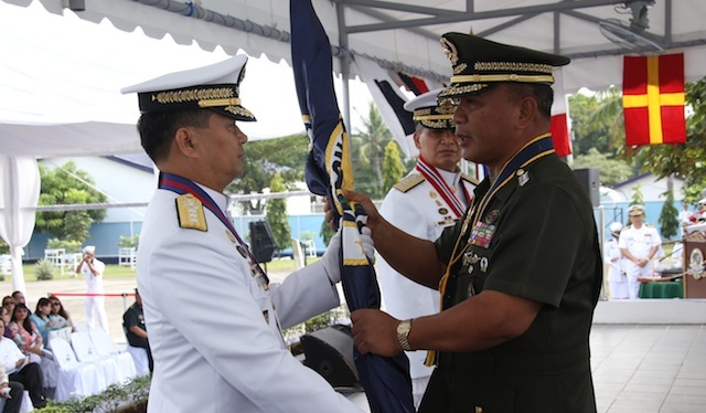 CHANGE OF COMMAND. Vice Admiral Ronald Joseph Mercado (left) is the new Philippine Navy chief. Photo courtesy of the Philippine Navy
