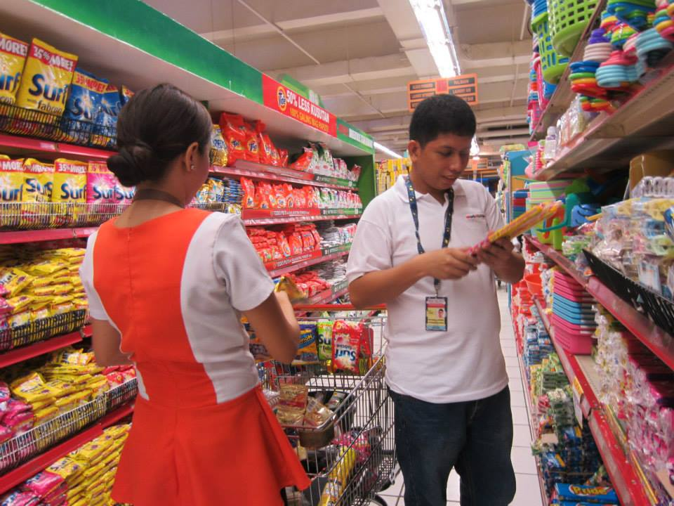 AT WORK. Angelo Jardeleza fixes the stands in the supermarket where he works in. Photo by Ted Aldwin Ong/ Rappler