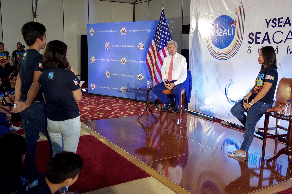 US Secretary of State John Kerry meets with YSEALI alumni in Manila to talk about the Our Ocean launch. Photo from John Kerry's Twitter account