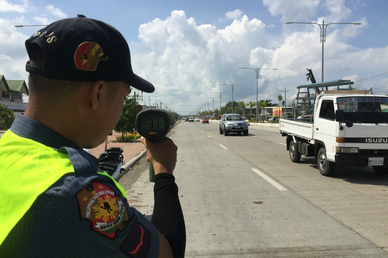 GUN POINT. Traffic personnel has been using a newly-procured speed gun by the Iloilo City Government to monitor speeding vehicles at the Diversion Road since June 1, 2017. Photo by Ted Aldwin Ong/Rappler