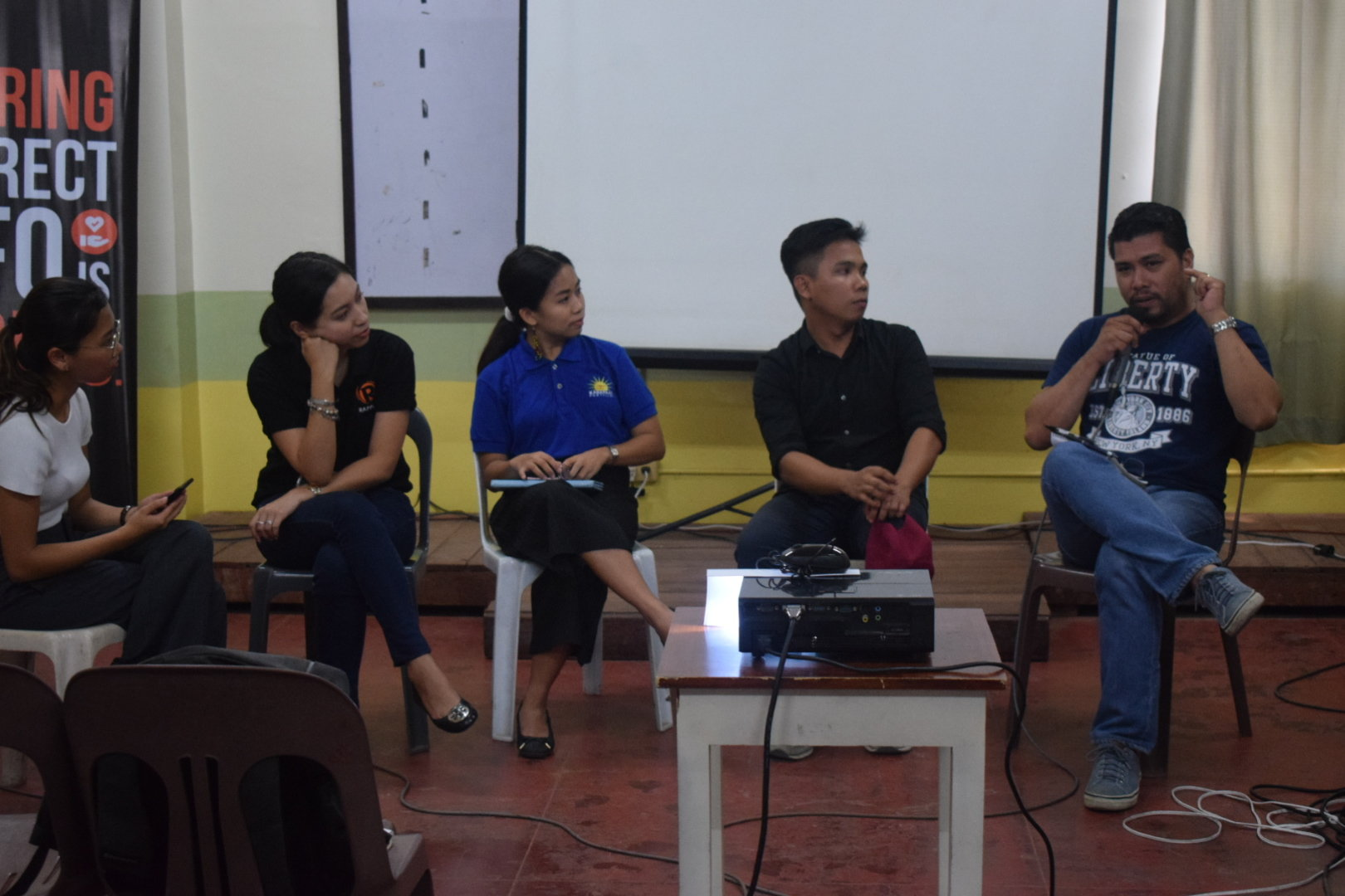 DISCUSSION. Francis Allan Angelo, the editor-in-chief of the Daily Guardian, talks during a panel discussion of #MoveIloilo: Social Good in the Digital Age on April 29, 2019. Photo by Rachel Beatizula/Rappler