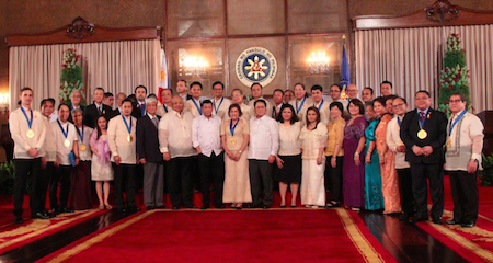 AWARDEES. President Duterte honors 23 overseas Filipinos and organizations for their outstanding service to fellow Filipinos and to the Filipino community at the Malacañan Palace. Photo courtesy of Commission on Filipino Overseas