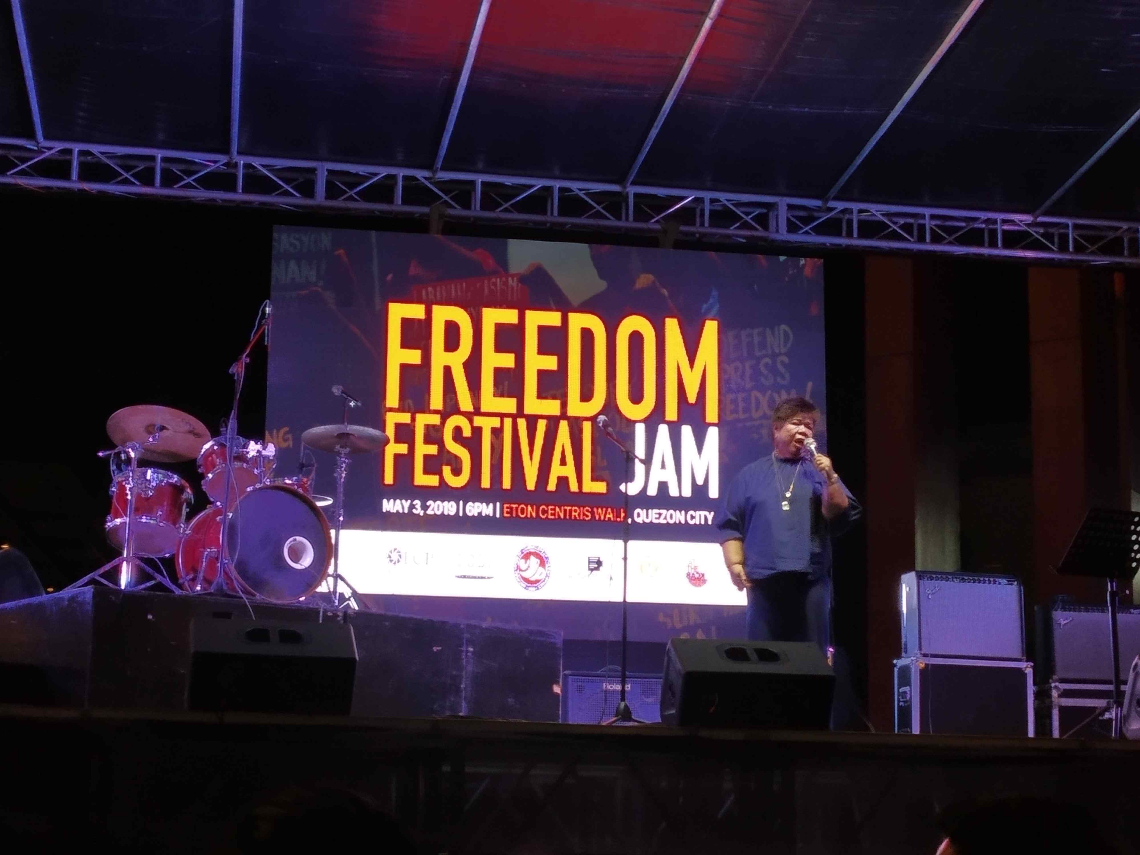 TRUTH. Artist Mae Paner encourages the public to fight lies during the freedom festival jam commemorating World Press Freedom Day on May 3. Photo by Jillian Siervo/Rappler