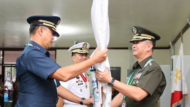 CHANGE OF COMMAND. Lieutenant General Raul Del Rosario fills post vacated by Navy chief Vice Admiral Ronald Joseph Mercado (center). Wescom photo