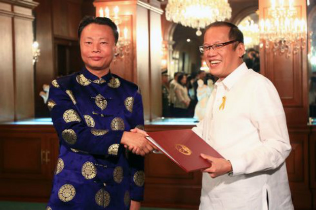 'LET'S TALK.' Chinese Ambassador to the Philippine Zhao Jianhua (L) presents his credentials to Philippine President Benigno Aquino III at the Philippine presidential palace on April 8, 2014. File photo courtesy of the Chinese Embassy