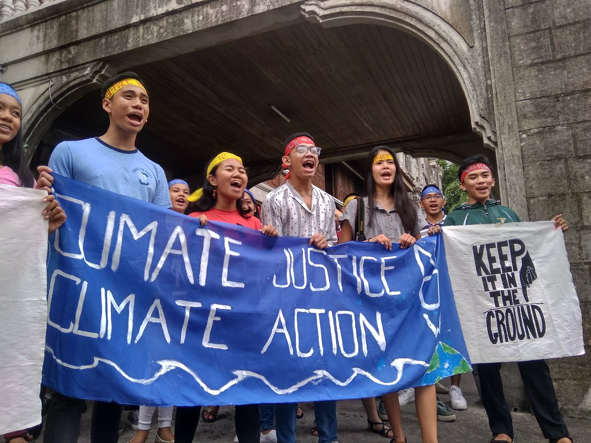 CLIMATE JUSTICE. Bacolod youth troop to the streets and call for a coal-free Negros Occidental, 'Mundong umiinit, kabataan nagagalit!' Photo by Joey Baldonado/Rappler