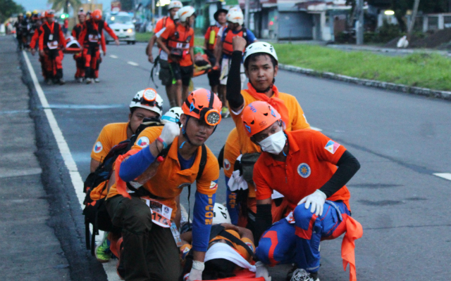 ?RESCUERS IN ACTION. Rescuers perform the Mogadishu Walk on their final march to ground zero in Balyuan Grounds, Tacloban City. All photos by Jene-Anne Pangue/ Rappler