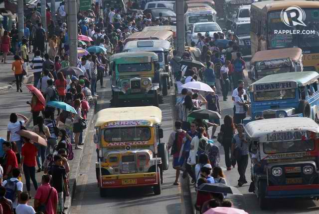 DAILY STRUGGLE. Commuters stranded in a traffic along Commonwealth Avenue on Tuesday during rush hour. Photo by Joel Liporada/Rappler