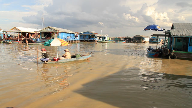 MARKETPLACE. Vendors of a floating shop row across the floating village of Pursat. All photos by Tep Chansophea/Rappler