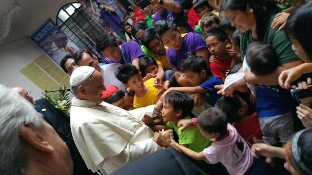MEETING THE KIDS. Pope Francis meets with street children under the care of Tulay ng Kabataan after the Mass at the Manila Cathedral, January 16, 2015. Image courtesy Fr Antonio Spadaro/Twitter