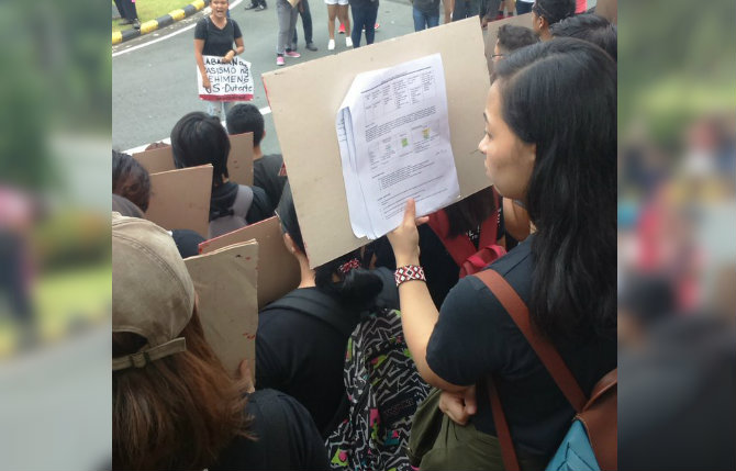 VIRAL. A photo of a UP Diliman student reviewing at a rally on Thursday, September 21, goes viral. Photo by Patrick Reyes