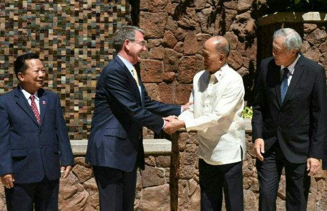 BOOSTING TIES. US Defense Secretary Ashton Carter (left) shakes hands with Philippine Defense Secretary Delfin Lorenzana (right) at an ASEAN security meeting in Hawaii, on September 30, 2016. Photo by DOD/Handout/AFP