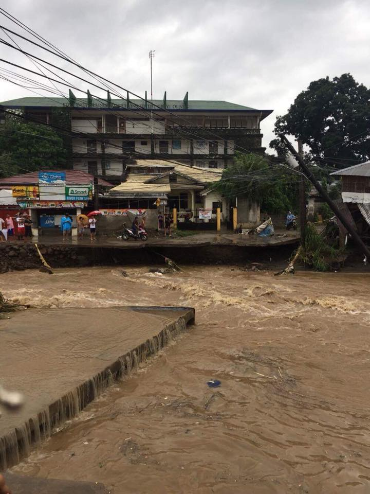 INACCESSIBLE. The Banica River overflows and leaves an area in Dumaguete City inaccessible on October 19, 2017. Photo by Francis Luwee Luce