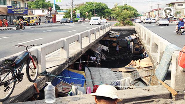 HOME. The busy Quirino bridge is home to more than 100 families. All photos by Jodesz Gavilan/Rappler