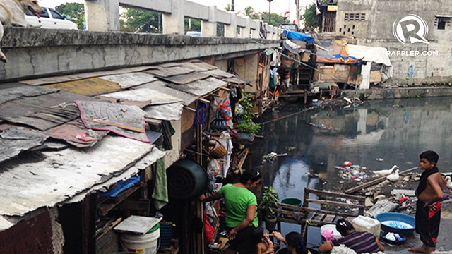 FUNCTION AS A COMMUNITY. Despite the unusual setup, the residents of Estero de Pandacan still go about their daily lives.