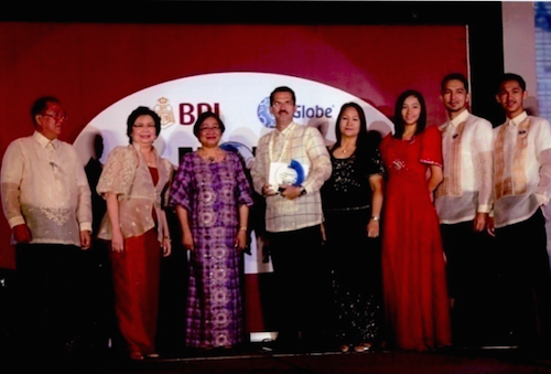 TAN FAMILY. Yco Tan with wife Elizabeth and their 3 children receive an award.