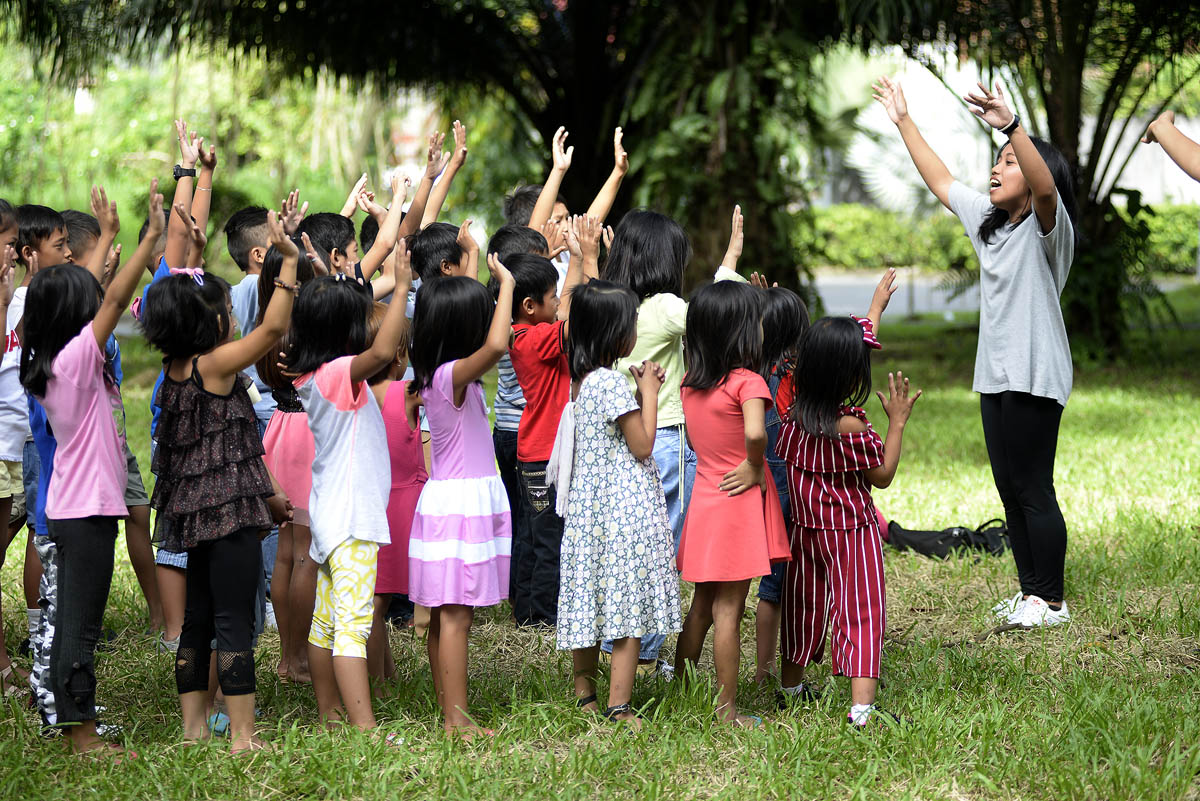RISE UP. Volunteers lead the kids in fun and games session. Photo by Maria Tan/Rappler