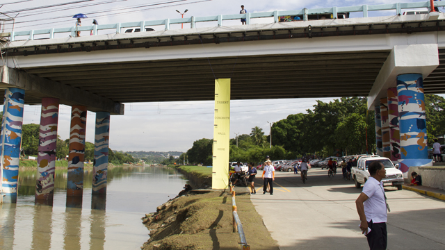 SEE INSTEAD OF WALL. Fellows on Marikina River Park sparks discussion on the proposed 7-meter high wall along the river by installing a yellow banner of same height. Photo by Eugene Ossi/Five by Five