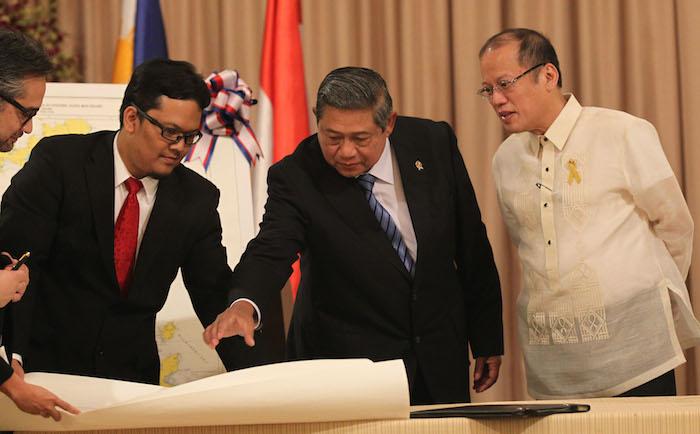STRONGER TIES. Indonesian President Susilo Bambang Yudhoyono and President Benigno Aquino III at the signing ceremony in Malacañang. Malacañang Photo