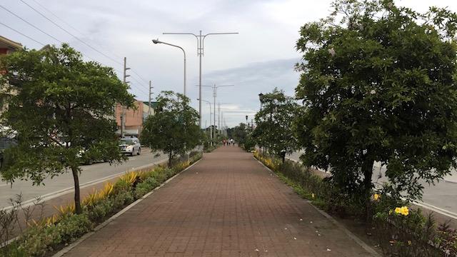 BIKE LANE. Iloilo City has a 5-kilometer bike lane along Diversion Road, one of the major highways. Photo by Katerina Francisco/Rappler